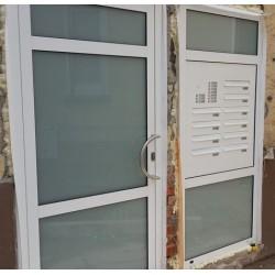 Skrzynki lokatorskie drzwiowe z domofonem